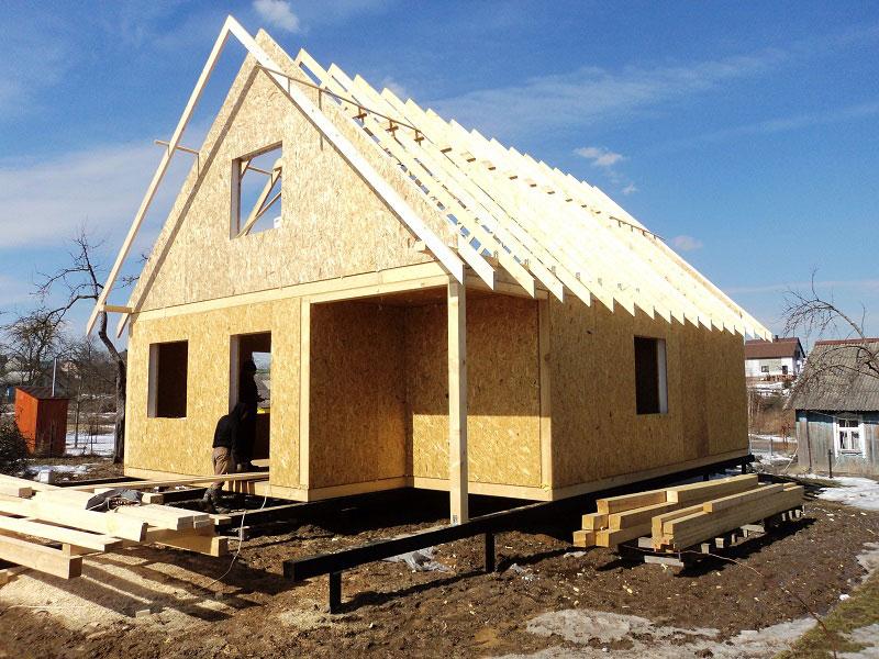 стропильная крыша в домах из сип панелей